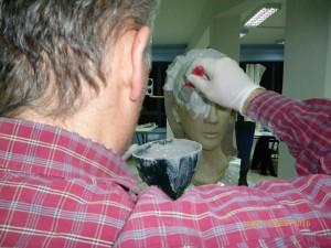 Με πινέλο περνάμε τον γύψο στο κεφάλι πολλά στρώματα